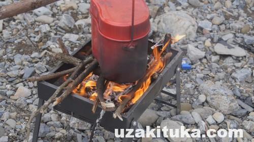 【キャンプ】湿ったマキにガムテープ着火で焚き火する
